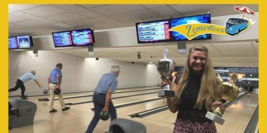 Sjoerd van RTV Rijnmond op de baan met internationaal bowlingtalent Lizzy (16)